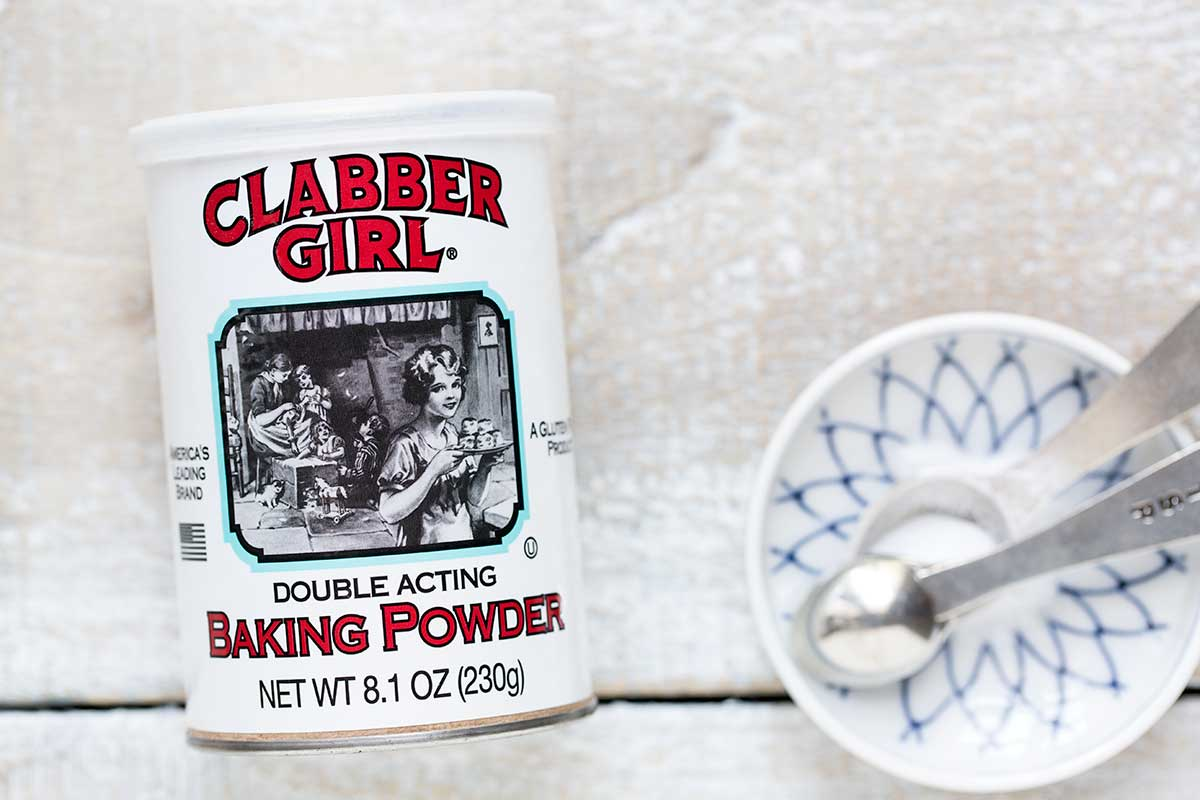 A photo of baking powder and spoons.