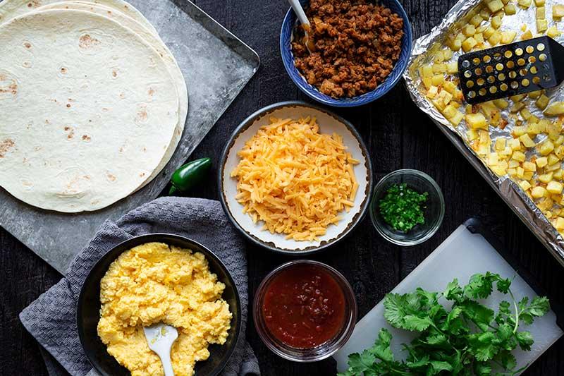 """Colpo ambientale degli ingredienti disposti per il burrito facile della prima colazione, compreso chorizo cotto, tortilla craps, formaggio, uova cotte e salsa. """"Width ="""" 800 """"height ="""" 533 """"srcset ="""" https://cdn.shortpixel.ai/ client / q_glossy, ret_img, w_800 / https: //www.savorysimple.net/wp-content/uploads/2019/07/Breakfast-Burrito-012.jpg 800w, https://cdn.shortpixel.ai/client/q_glossy , ret_img, w_300 / https: //www.savorysimple.net/wp-content/uploads/2019/07/Breakfast-Burrito-012-300x200.jpg 300w, https://cdn.shortpixel.ai/client/q_glossy, ret_img, w_768 / https: //www.savorysimple.net/wp-content/uploads/2019/07/Breakfast-Burrito-012-768x512.jpg 768w, https://cdn.shortpixel.ai/client/q_glossy,ret_img , w_610 / https: //www.savorysimple.net/wp-content/uploads/2019/07/Breakfast-Burrito-012-610x406.jpg 610w """"dimensioni ="""" (larghezza massima: 800px) 100vw, 800px"""