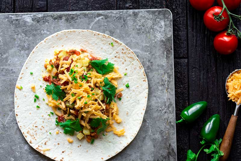 """Una tortilla di farina condita con ripieni di burrito di chorizo per colazione """"larghezza ="""" 800 """"altezza ="""" 533 """"srcset ="""" https://cdn.shortpixel.ai/client/q_glossy,ret_img,w_800/https://www.savorysimple. net / wp-content / uploads / 2019/07 / Breakfast-Burrito-0248.jpg 800w, https://cdn.shortpixel.ai/client/q_glossy,ret_img,w_300/https://www.savorysimple.net/wp -content / uploads / 2019/07 / Breakfast-Burrito-0248-300x200.jpg 300w, https://cdn.shortpixel.ai/client/q_glossy,ret_img,w_768/https://www.savorysimple.net/wp- content / uploads / 2019/07 / Breakfast-Burrito-0248-768x512.jpg 768w, https://cdn.shortpixel.ai/client/q_glossy,ret_img,w_610/https://www.savorysimple.net/wp-content /uploads/2019/07/Breakfast-Burrito-0248-610x406.jpg 610w """"dimensioni ="""" (larghezza massima: 800px) 100vw, 800px"""